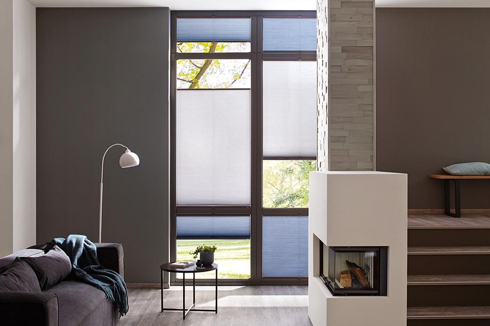 Blå och gråa Duettegardiner i vardagsrum.