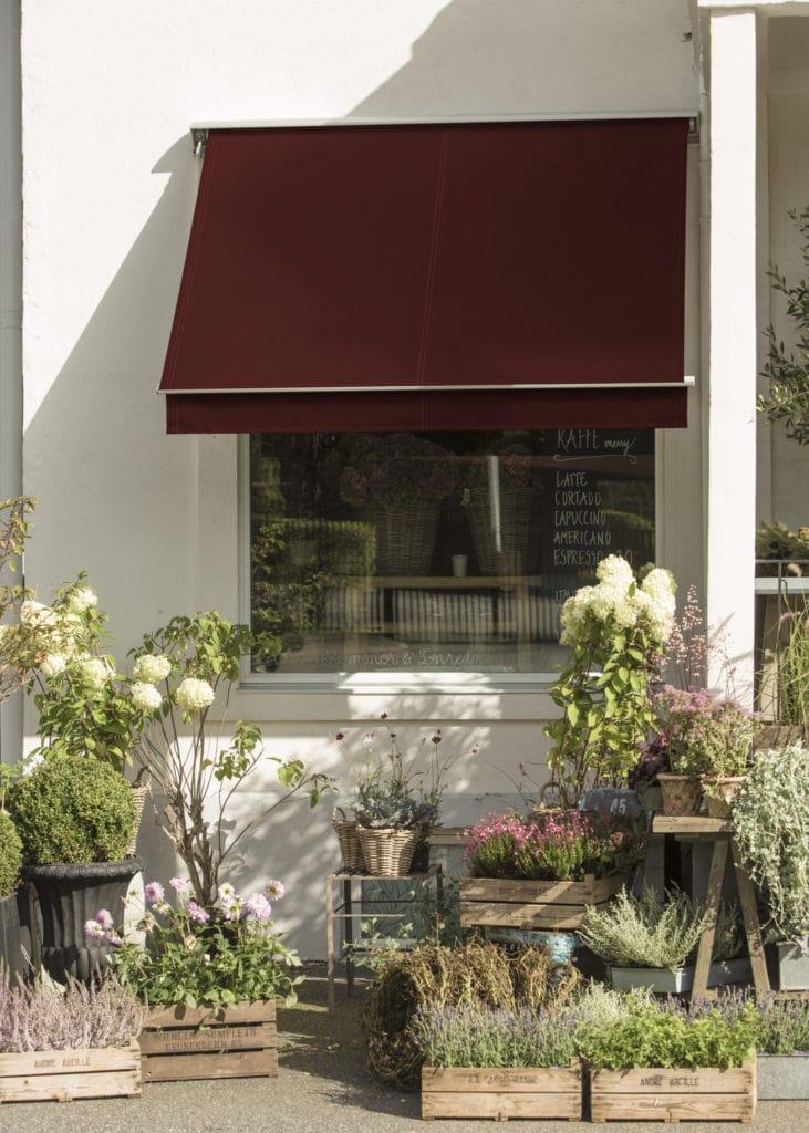 Röd fönstermarkis